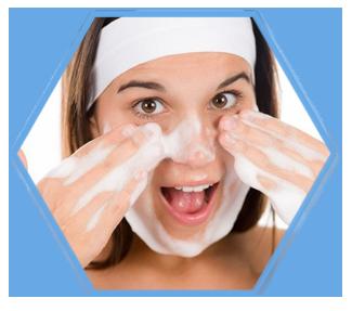 Khi rửa mặt không nên chà xát lên da đang bị mụn