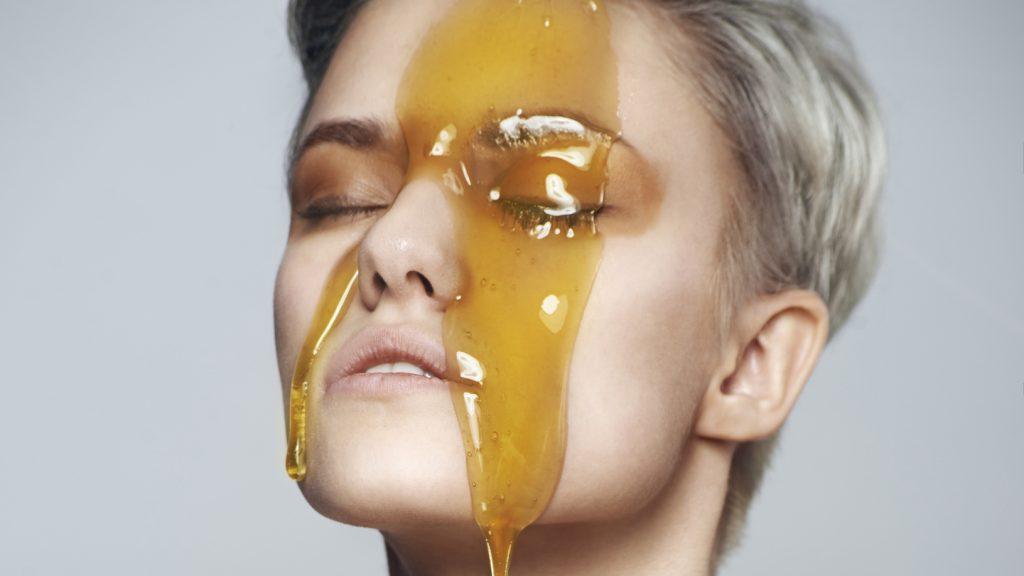 Mật ong có tác dụng gì mà xuất hiện trong hầu hết công thức làm đẹp da?